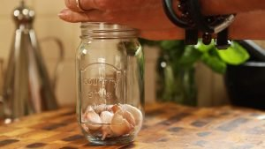 How to peel garlic easily