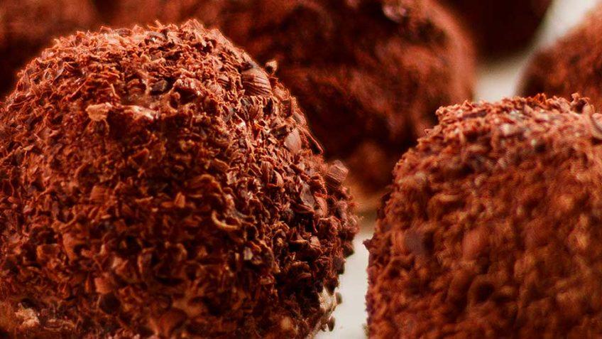 Merveilleux au Chocolat - crispy meringue chocolate bombs